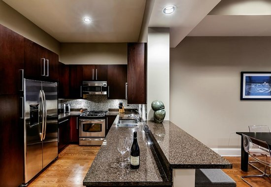 The Inn at Wrigleyville: Full kitchen in Stadium Suite which opens to dining area