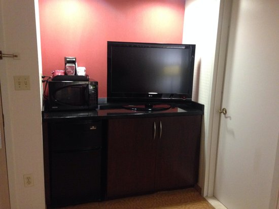 Chicago Marriott Suites Downers Grove: Fridge and microwave