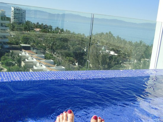 Marival Residences Luxury Resort Nuevo Vallarta : toes at the roof top pool