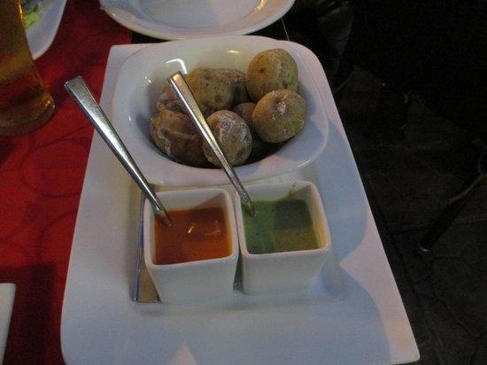 Friends Lounge Bar & Restaurant: Mojosåser och teneriffa potatas med havsalt
