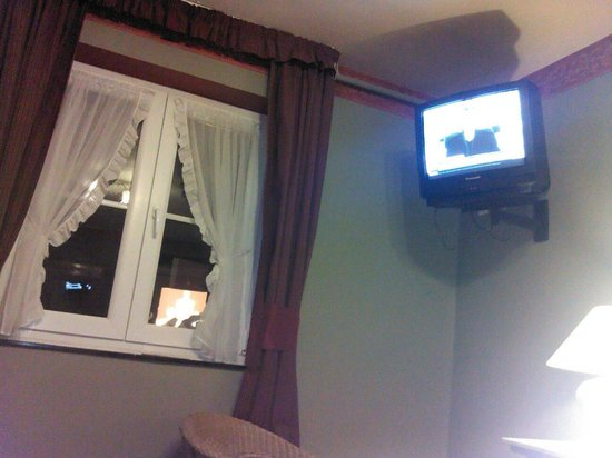 Royal Hotel-Restaurant Bonhomme: Old-fashioned TV in old-fashioned hotel.