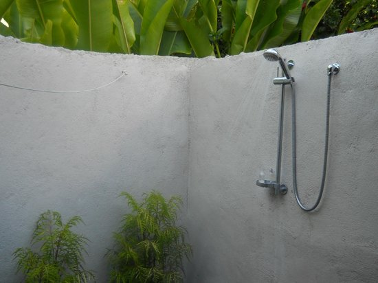 Manuia Beach Resort: Shower