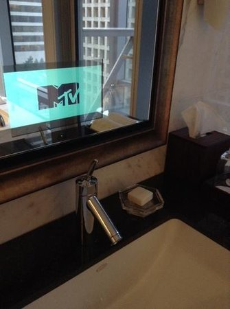 Shangri-La Hotel, Vancouver: mirror tv in bathroom