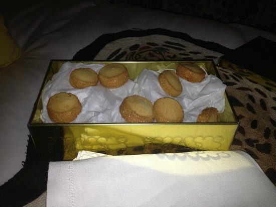 Hotel Thoumieux: Delicious biscuits in the room