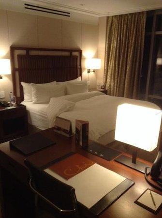 Shangri-La Hotel, Vancouver : bedroom and desk area