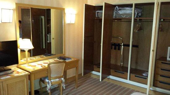 Hotel Lisboa Plaza: Desk and Closets