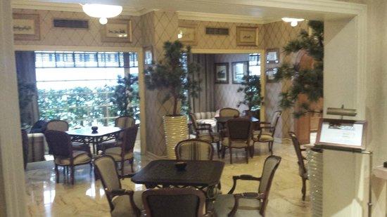 Hotel Lisboa Plaza: Dining Area/Bar