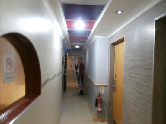 Premier by Eurotraveller: Hall going to rooms from the lift.