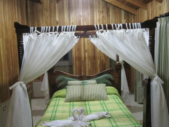 Los Pinos - Cabanas y Jardines: Canopy bed (hard) sits in middle of room