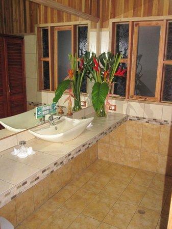 Los Pinos - Cabanas y Jardines: Beautiful bathroom with Very Poor lighting.