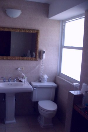 Hotel Miramar: Tile walls, updated bathroom