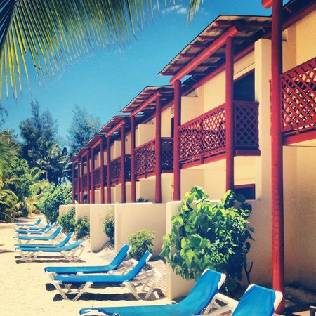 The Rarotongan Beach Resort & Spa : Rooms from outside