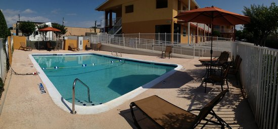 Quality Inn & Suites Six Flags Area : POOL