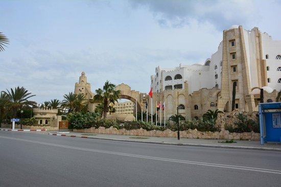 Lella Baya: devant l'hôtel