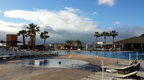 Be Live Family Costa los Gigantes: Quiet pool was warm enough and water was cleaner than in the overcrowded main pool.