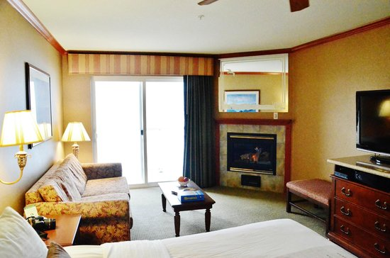 Elizabeth Street Inn: Fireplace, sofa and balcony with ocean view in each room