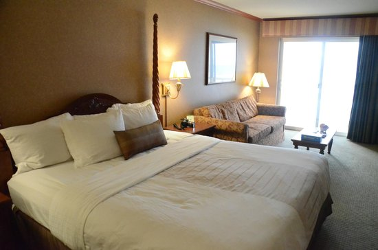 Elizabeth Oceanfront Suites: Very comfortable bed and very clean room