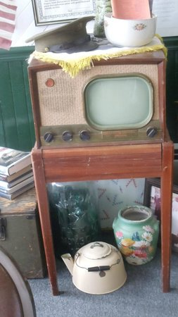 Home Front Cafe: look at this!  This must have been one of the VERY first televisions!
