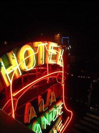 Hotel a la Grande Cloche : insegna