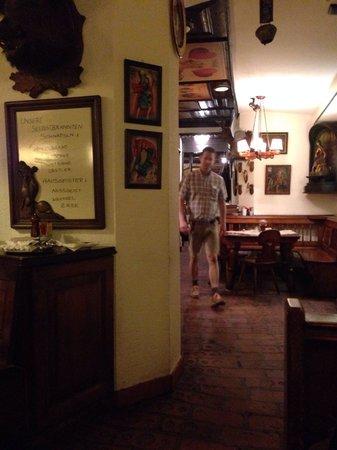 "Pürstner: L'interno e il cameriere in stile ""tirolese"""