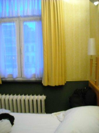 Hotel a la Grande Cloche : finestra della camera
