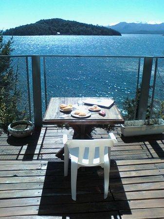 Muguet: Comiendo algo mirando al lago, desde la pequeña terraza