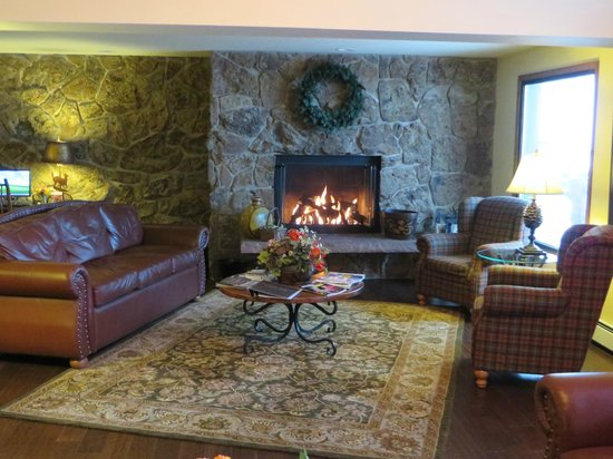 The Inn at Steamboat: Fireplace in the lobby