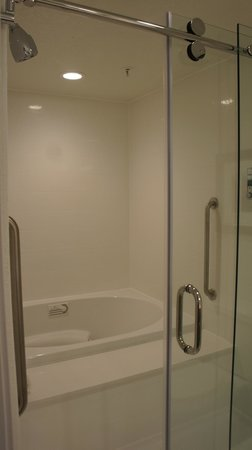 Four Points by Sheraton Jacksonville Beachfront : Jacuzzi tub in Suite 216