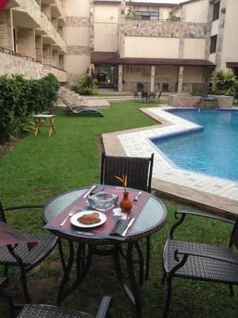 Roca Golf Hotel : Ontbijt op het binnenterrein van het hotel