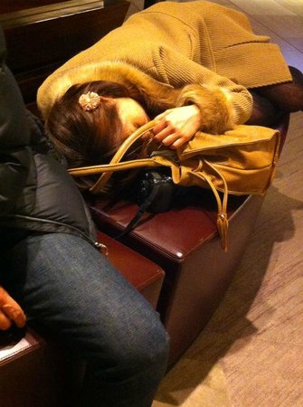 Hilton Tokyo: drunk girl in the lobby passed out