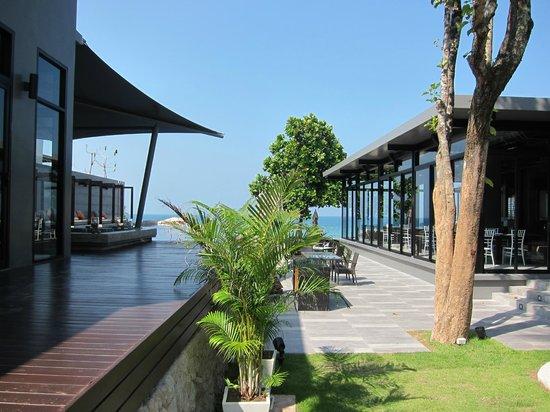 Aleenta Resort & Spa Phuket Phangnga: Hotel pool and restaurant