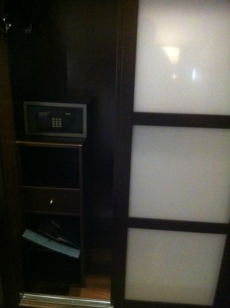 AC Hotel Milano: Safe and Wardrobe