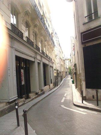 Paris Fun : narrow streets are common