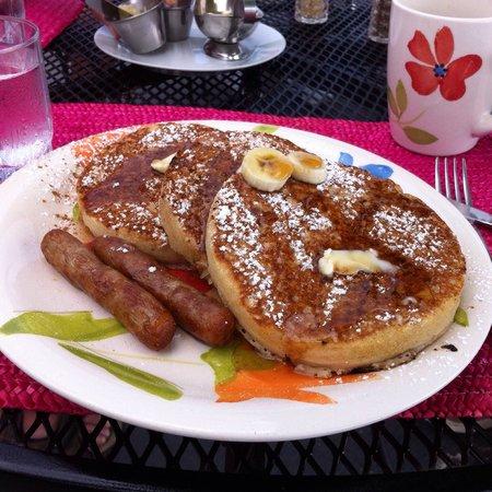 Las Vistas Cafe at Siete Mares Bay Inn: The Banana Pancakes!!
