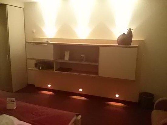 Hotel meerSinn: Anrichte mit Minibar, Minifernseher und innovativer Beleuchtung