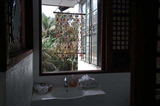 Sonya's Secret Garden: Decorative yet very open-air bathroom