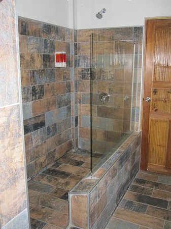 Hotel Plaza Yara: Large walk-in shower with good pressure