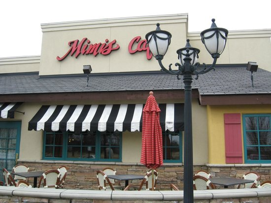 Mimi's Cafe: Outdoor entrance with seating