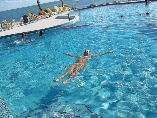 Postcard Inn Beach Resort & Marina at Holiday Isle: Pool next to the ocean
