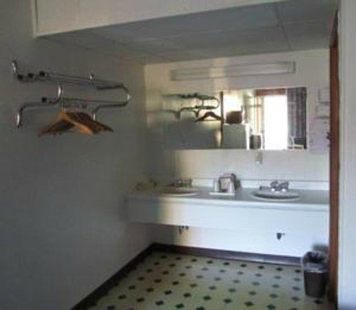 Conner Hill Motor Lodge: Bathroom sink