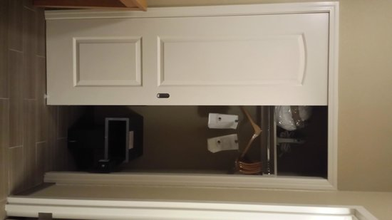 DoubleTree Suites by Hilton Orlando - Disney Springs Area: closet with safe