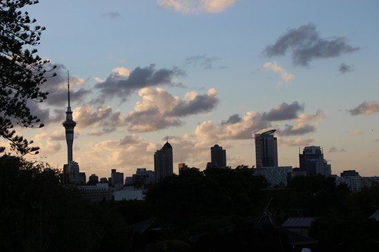 Ascot Parnell Boutique Bed and Breakfast: Downtown Auckland at night