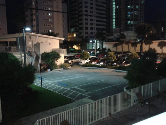 Collins Hotel: Estacionamiento del Hotel