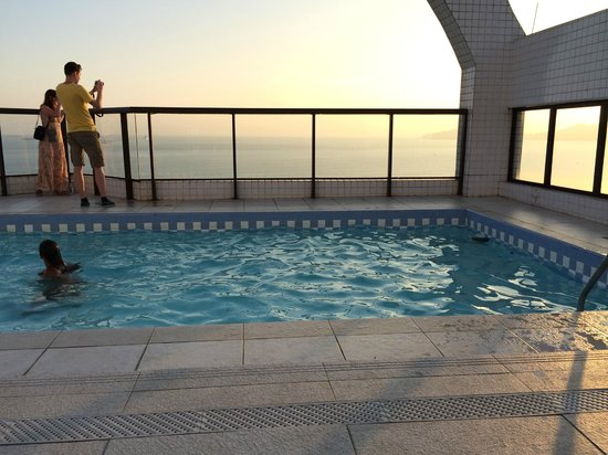 Mercure Santos : Piscina e o mar lá embaixo ...