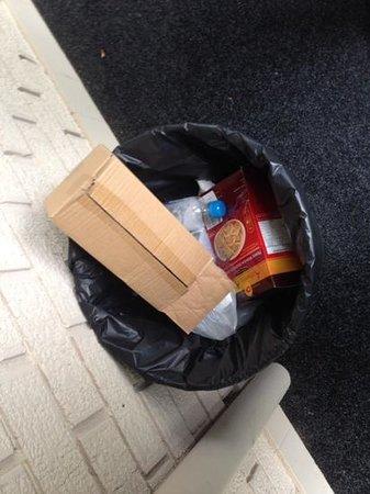 Waldorf Leura Gardens Resort: more unemptied bins