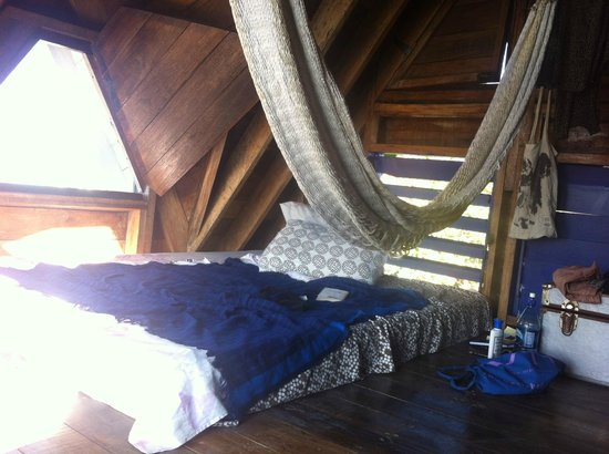 Bella's Backpackers: Quiet tower room was cool during the hot days, wind breezing through the room from  3 windows