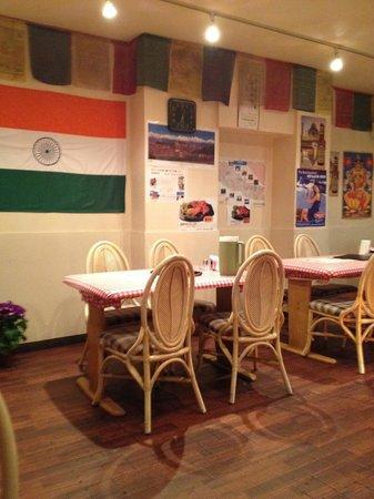 Sabina : 店内(向い側にはネパールの国旗が)