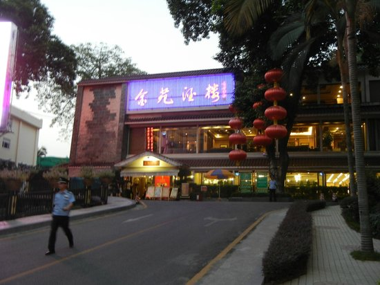 Starway King Garden Hotel: Up the hill to the Dining area