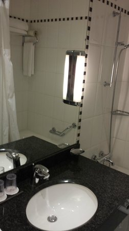 Crowne Plaza Paris Republique: Standard Room Bathroom