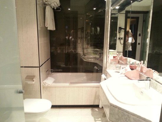 Sercotel Gran Hotel Luna de Granada: baño limplio y completo